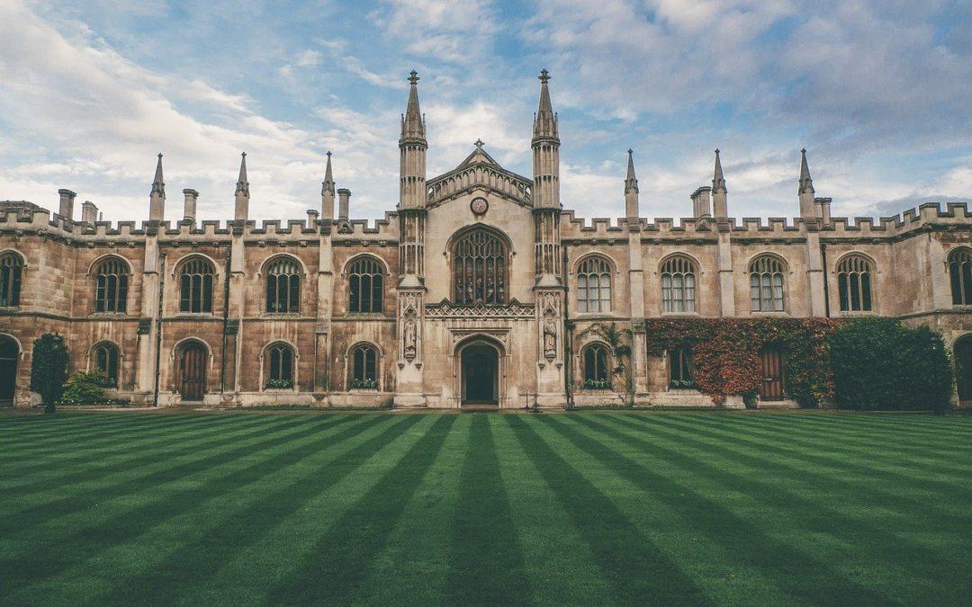 Das Bild zeigt eine Universität