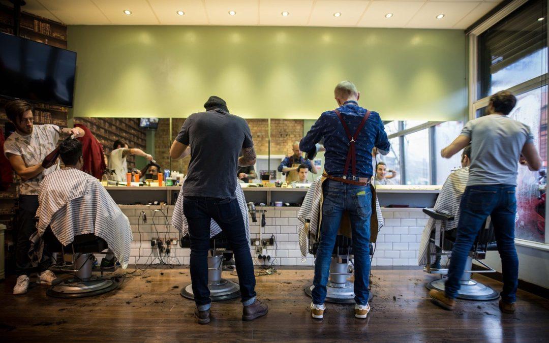 Bewerbung als Friseurin. Friseur im Friseursalon.