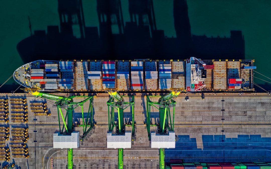 Bewerbung als Zollbeamter. Containerschiff.