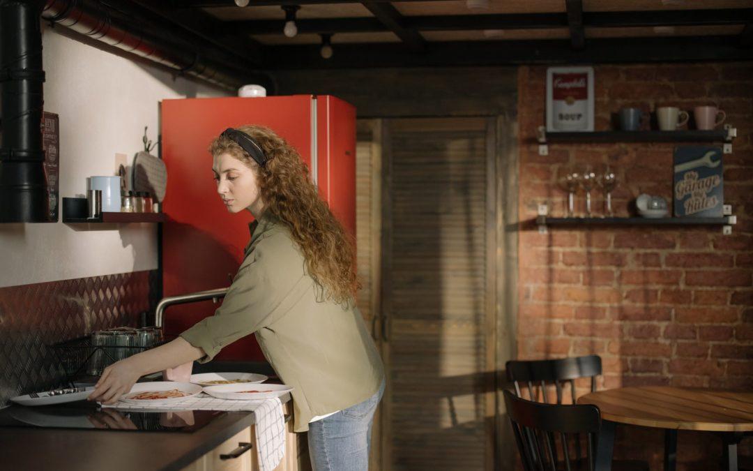Bewerbung als Hauswirtschaftlerin. In der Küche Geschirr wegräumen.